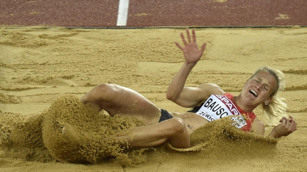 RASENDE: Tyske Melanie Bauschke lå an til EM-medalje i lengde. Så besluttet dommerne å endre lengden på det solide hoppet. Det skaper reaksjoner. Foto: AP Photo/Martin Meissner