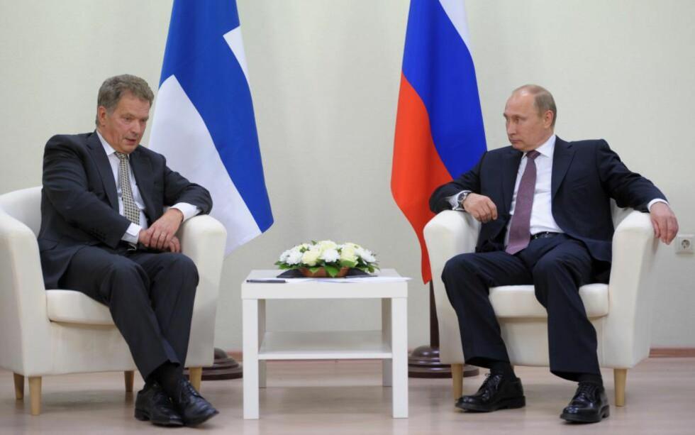 HASTEMØTE: Russlands president, Vladimir Putin, til høyre, har innbudt den finske presidenten Sauli Niinistö til et møte i Sotsji ved Svarehavet fredag. De skal drøfte krisa i Ukraina. Dette bildet er fra et tidligere møte mellom de to i Nyagan i Sibir i fjor. Foto: AP / Scanpix / RIA-Novosti, Alexei Druzhinin, Presidentens pressetjeneste i Russland