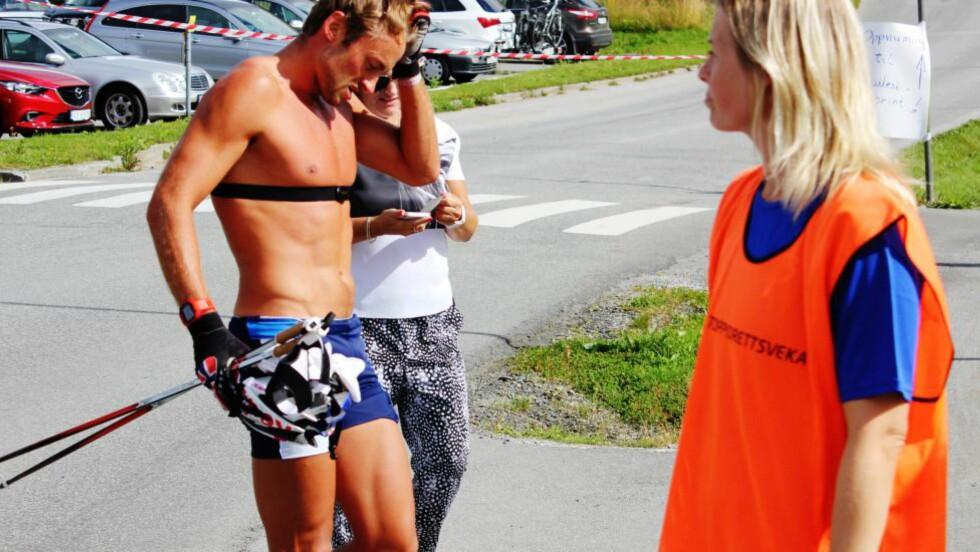 FRALØPT: Som ventet var ikke Petter Northug blant de beste i motbakkeløpet Fonna Opp i Aure. Da langrennsjentene begynte å løpe forbi, ga han etter hvert opp. Foto: Øyvind Godø / Dagbladet