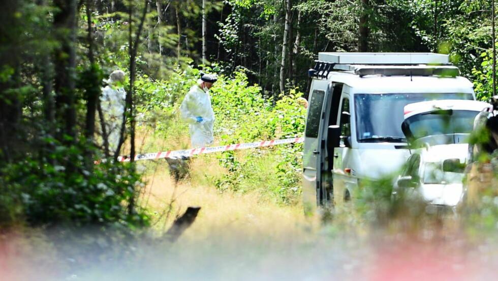 GRANSKER: Åstedesgranskere fra Kripos finkjemmer i ettermiddag området der likrestene ble funnet. Foto: Thomas Rasmus Skaug