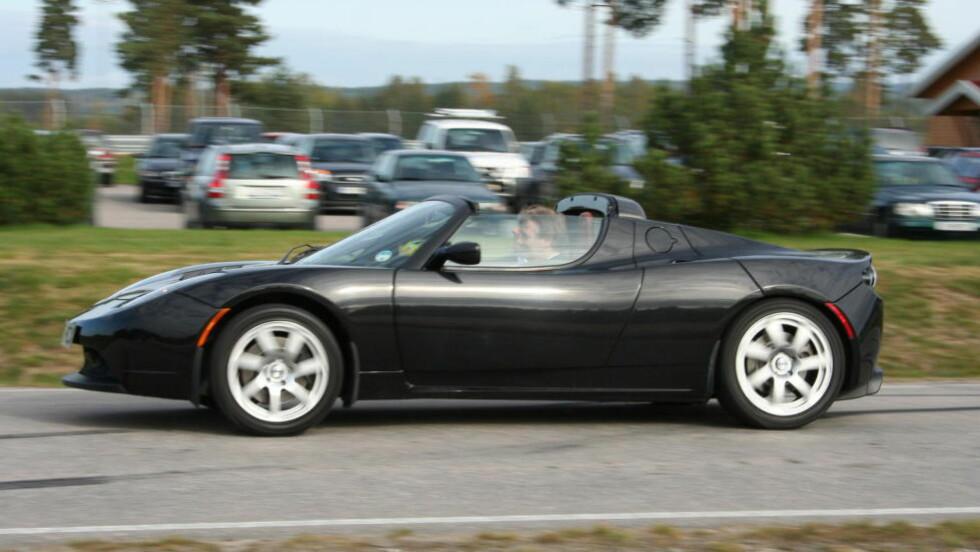 FORLENGER REKKEVIDDEN: I denne omgang er det Tesla Roadster (bildet), sportsbilen som ble produsert mellom 2008 og 2012, som vil kunne få den oppgraderte batteripakken med rekkevidde opptil 640 kilometer. Men det kommer mer. Foto: KNUT MOBERG / DINSIDE.NO