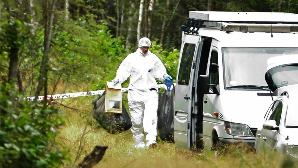 BÆRER MED SEG: Politiet plukket med seg flere søppelsekker, pappesker, tomflasker og en campingstol fra åstedet der et lik trolig er funnet i et bål. Foto: Thomas Rasmus Skaug