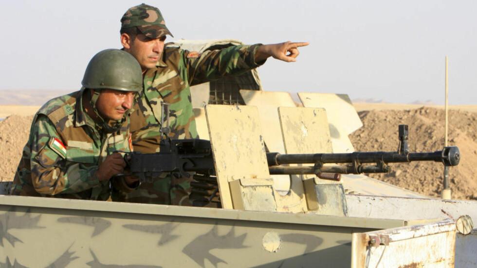 """KJEMPER MOT FRYKTET TERRORGRUPPE: Kurdiske peshmerga-soldater avbildet i går på frontlinjwen mot styrkene til ISIL. """"Pehsmerga"""" betyr """"desom står foran døden"""". Foto: REUTERS/Azad Lashkari / NTB Scanpix"""