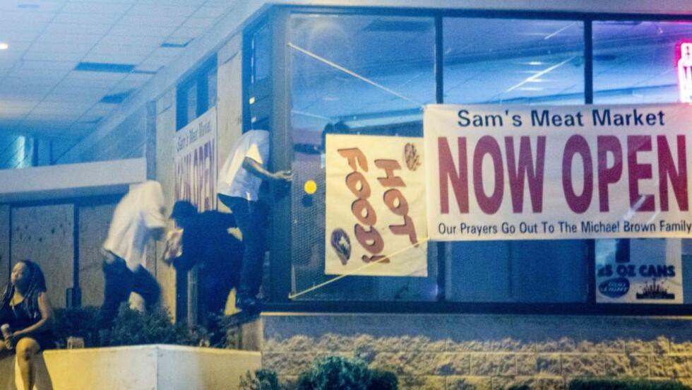 PLYNDRER:Her plyndres Sam's Meat Market i Ferguson. Foto: Vegard Kristiansen Kvaale / Dagbladet
