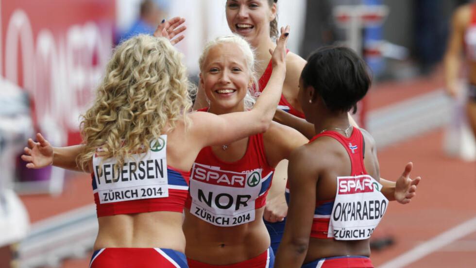 SÅ GLADE: Isabelle Pedersen (t.v.), Elisabeth Slettum (bak), Christine Bjelland Jensen og Ezinne Okparaebo jublet for ny norsk rekord på 4x100 meter stafett i Zürich i dag. Foto: Lise Åserud / NTB scanpix
