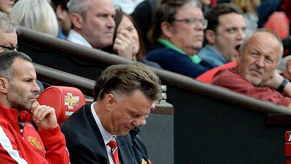 SKUFFET. Manchester United og manager Louis van Gaal skuffet med hjemmetap 1-2 for Swansea i PL-åpningen. Foto:  EPA/PETER POWELL