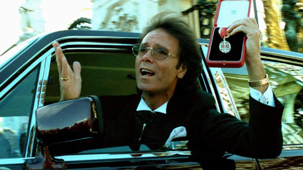 ETTERFORSKES: Cliff Richard jubler etter å ha vært på Buckingham Palace. Nå er han under etterforskning. Foto: REUTERS/SCANPIX