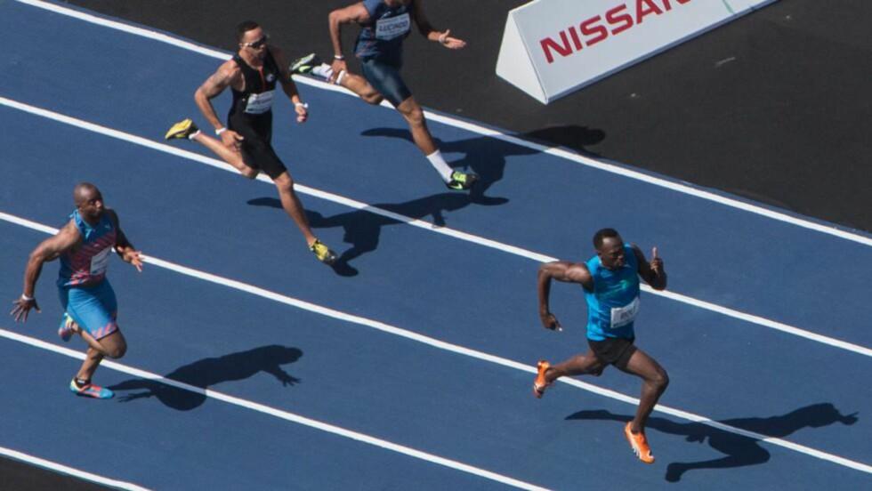 BEST: Usain Bolt deltok i et showløp på stranda i Rio de Janeiro i dag. Det vant han. Foto: AFP PHOTO / YASUYOSHI CHIBA