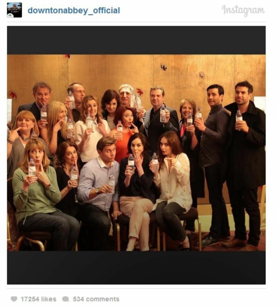 SNUR OPP-NED PÅ FOTOTABBEN:  I går posten skuespillerne i «Downton Abbey» et gruppebilde hvor de alle holder opp ei vannflaske. Bildet er en del av en kampanje til inntekt for den veldedige organisasjonen Wateraid. Faksimile: downtonabbey_official på Instagram