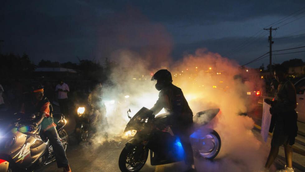 STORE DEMONSTRASJONER:  Situasjonen har rystet USA og eskalert slik at selv president Barack Obama har engasjert seg. Dette bildet er tatt under nattas demonstrasjoner. Foto: Reuters.