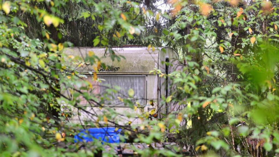 CAMPINGVOGN: Denne campingvognen, godt skjult i krattet bak eiendommen der både offeret og den drapssiktede har bodd, blir undersøkt av politiet. Foto: Thomas Rasmus Skaug / Dagbladet.