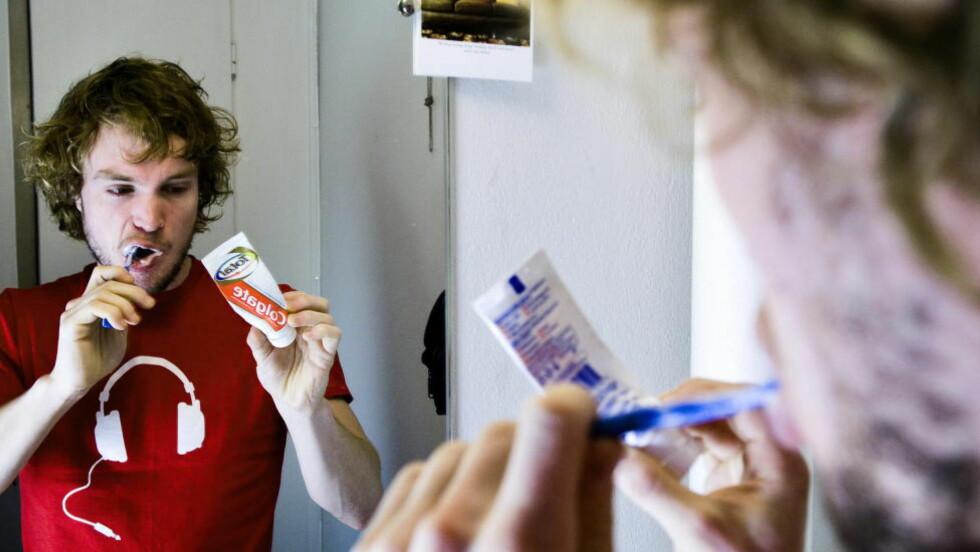 UØNSKET: Tannkremen Colgate Total inneholder det bakteriedrepende stoffet triklosan, som Mattilsynet ønsker å forby. 26 år gamle Christian Nørstebø bruker denne tannkremen, her i en tidligere reportasje. Foto: Håkon Eikesdal/Dagbladet