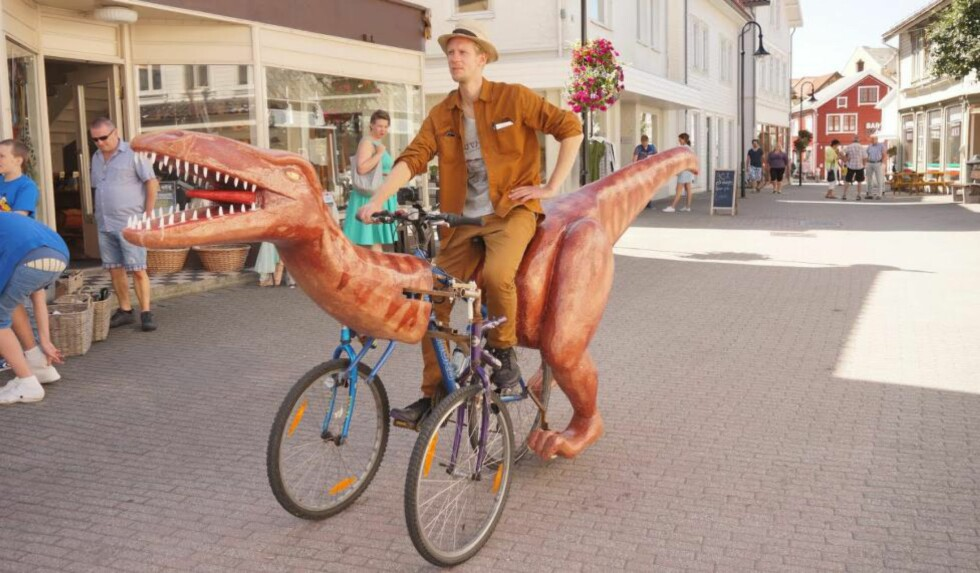 DINOSYKKEL: Kunststudent Markus Moestue bygget seg en dinosykkel og tråkket den fra Stavanger til Kristiansand. Foto: Henning Pedersen