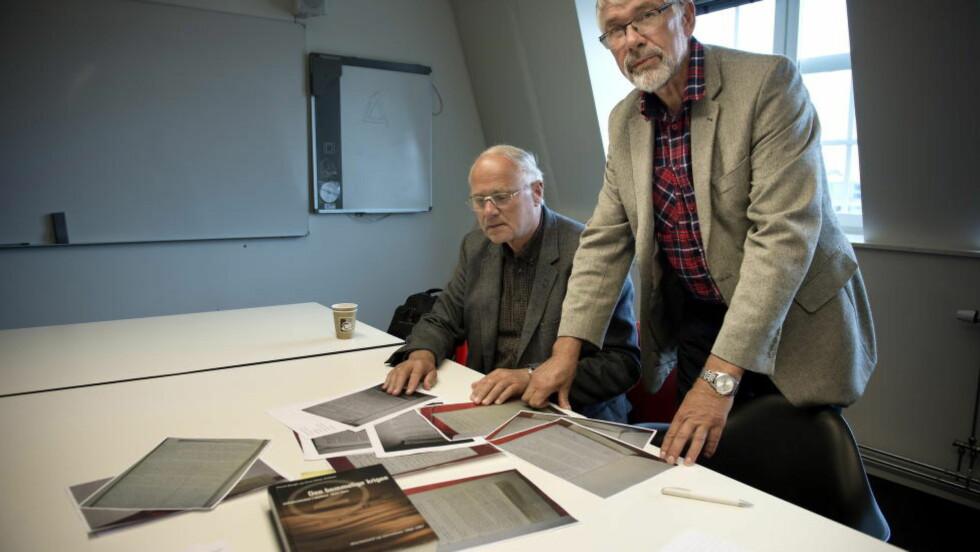 - BØR GRANSKES: - Dette arkivmaterialet bør absolutt granskes, både av historikere og andre, sier historiker Trond Bergh (t.v.), som sammen med historieprofessor Knut Einar Eriksen (t.h.) i 1998 ga ut boka «Den hemmelige krigen: overvåking i Norge 1914—1997». Foto: ØISTEIN NORUM MONSEN/DAGBLADET