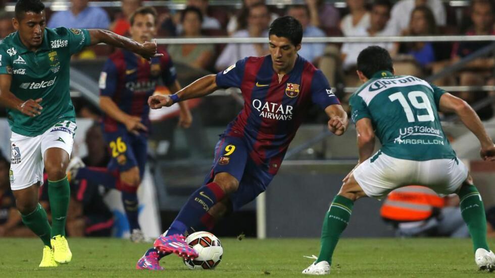 DEBUTERTE: Luis Suarez fikk spille de 13 siste minuttene da han debuterte for Barcelona i kveld. Barcelona slo meksikanske Leon 6-0 hjemme på Camp Nou. Suarez scoret ikke i løpet av det snaue kvarteret han fikk på banen. Foto: Emilio Morenatti / AP / NTB Scanpix