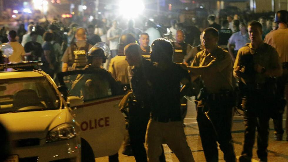 ARRESTERT: Det kom i natt til nye sammenstøt mot demonstranter og politi i Ferguson. Noen demonstranter ble også arrestert. AP Photo/Charlie Riedel