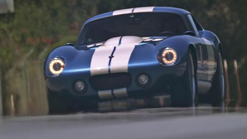 KLASSISK I FORMEN: Men det er utenpå. Under panseret finner vi, i Renovos gjenskapning av en Shelby Cobra,en meget potent elektromotor. Og 0 til 100 gjør den raskere enn originalen.  Foto: RENOVO