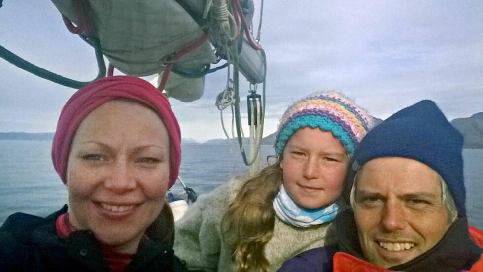 BÅTLIV: Siste anskaffelse for familien Tjora: En 40 fots seilbåt. Her en selfie med kona Viktoria og datteren Eiril på dekk. Foto: PRIVAT