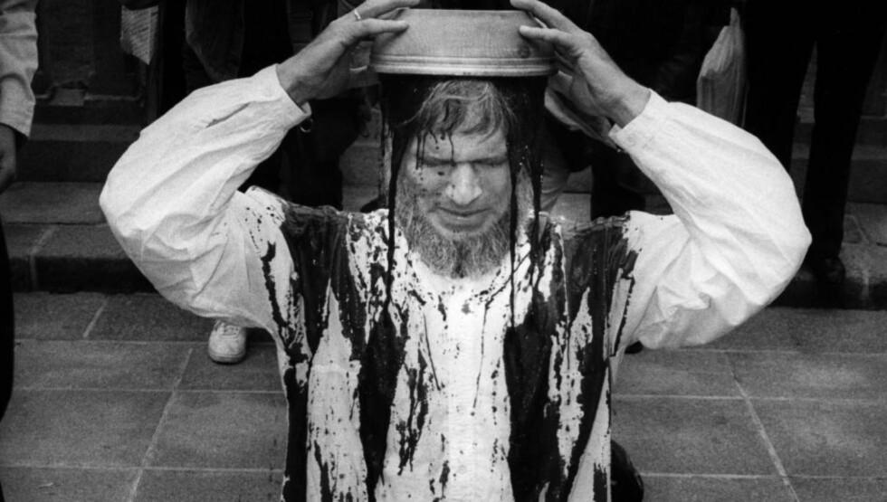 STERKE VIRKEMIDLER: Børre Knudsen helte saueblod over seg selv en rekke ganger, her utenfor Stortinget under en aksjon mot abort i 1988. Han ble arrestert etterpå. Foto: C. F. Wesenberg / NTB Scanpix