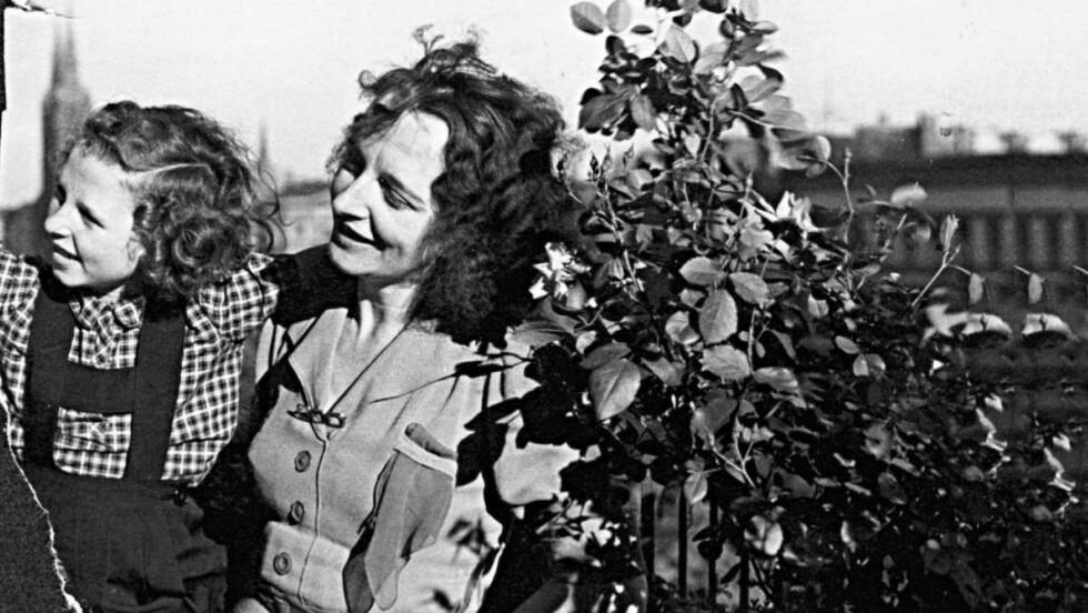 MOR OG DATTER: Gitte Haug med moren sin. Det eneste bildet hun fortsatt har av en moren.Moren kjempet for at hun ikke skulle  voldtas av russiske soldater, og sendte henne til Norge. Nå er Gitte Haugs (85) minner blitt til hennes første bok. Foto :PRIVAT