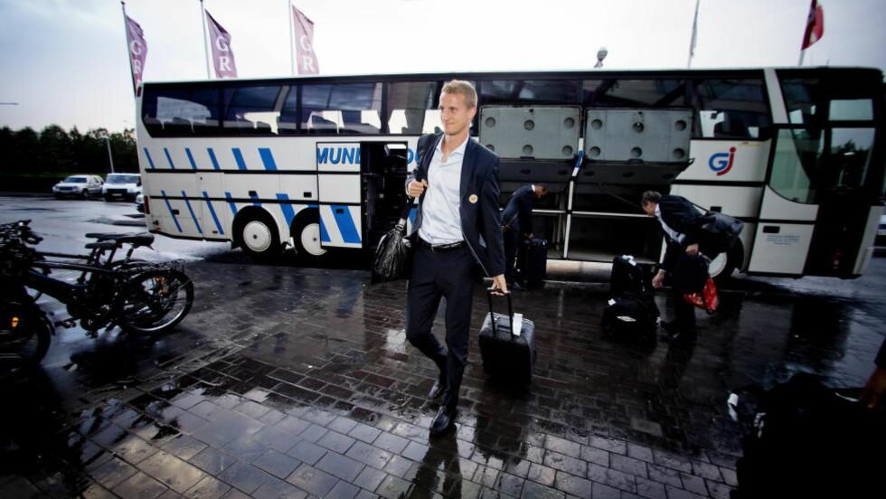 EN ÆRA OVER:  Brede Hangeland blir stående med 91 landskamper for Norge. Her ankommer han Reykjavik for en av stundene han neppe vil huske med glede... Foto: Bjørn Langsem