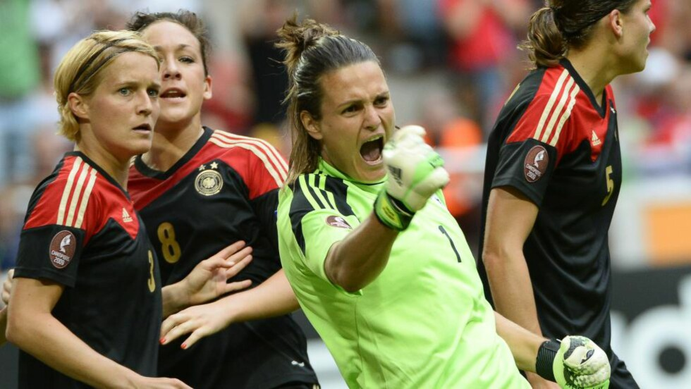 RASER:  Tysklands førstekeeper Nadine Angerer raser mot at neste års verdensmesterskap skal spilles på kunstgress. Hun og en rekke andre profilerte spillere er i gang med et søksmål mot Fifa. Foto: AFP PHOTO/JONATHAN NACKSTRAND