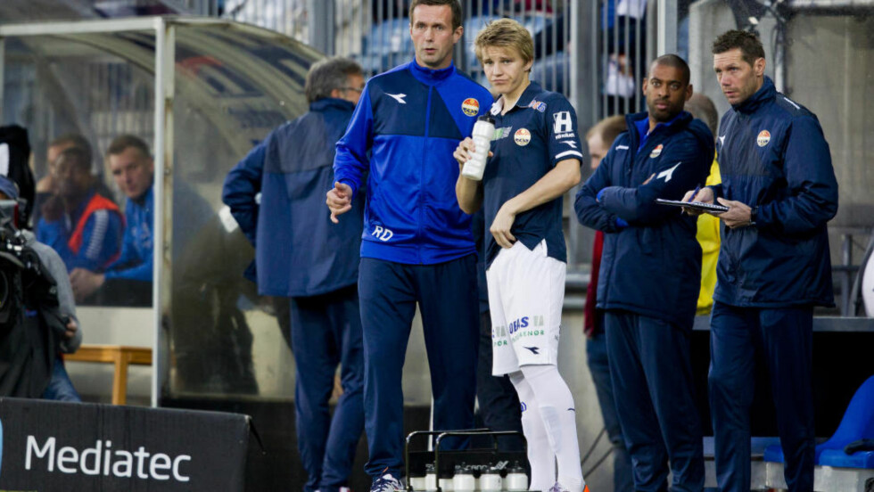 SAMMEN I GODSET: Ronny Deila og Martin Ødegaard under 16. mai-kampen mot Sarpsborg 08. Celtic-manageren mener Ødegaard må bruke tid på å utvikle seg og at han ikke er klar for en bedre liga ennå.  Foto: Vegard Grøtt / NTB scanpix