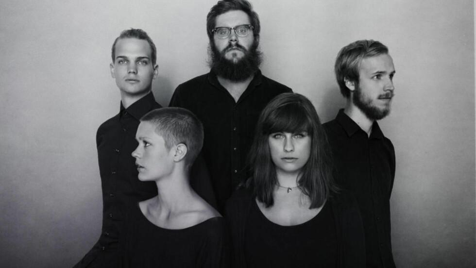 DJERVERE: «Politricks» er Einar Strays (til høyre) andre album, og det første med eget Orchestra. Foto: Simon Skreddernes