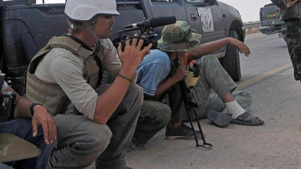 KIDNAPPET OG DREPT: Dette bildet fra september 2011 viser James Foley (t.v) i Sirte i Libya. Arkivfoto: AFP / ARIS MESSINIS / NTB scanpix