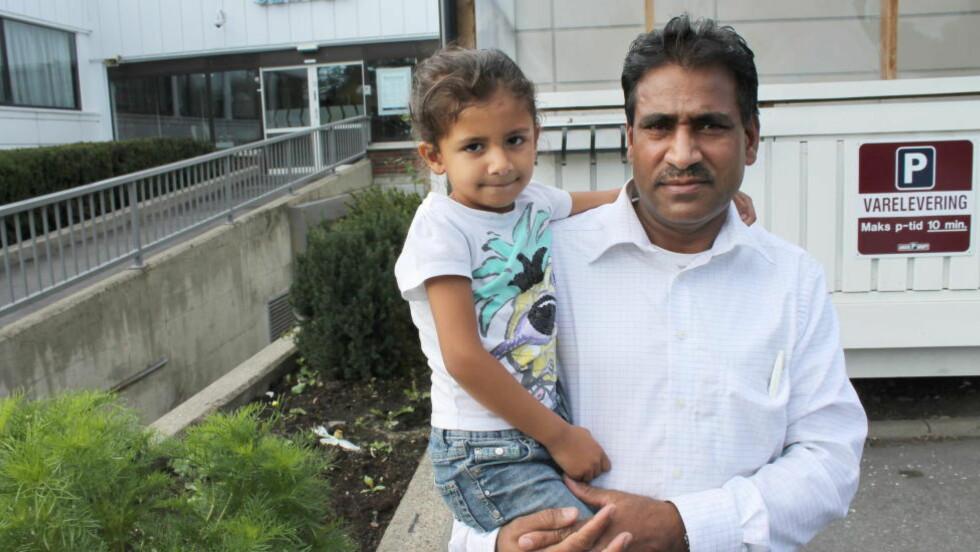 NORSKE BORGERE: - Vi er norske borgere. Hvor er våre rettigheter, spør Muhammad Gulzar etter at hans far - datteren Madihas bestefar - nå har blitt nektet visum til Norge selv om han har vært her over 20 ganger og alltid reist tilbake til Pakistan. Foto: Halldor Hustadnes