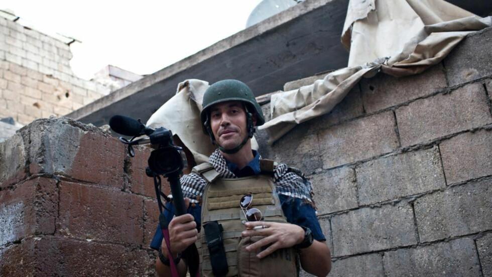 DREPT: En video sluppet av Den islamske stat (IS) i går skal vise halshuggingen av den amerikanske journalisten James Foley. FBI sier i dag at de tror videoen er ekte. Foley hylles som et stort medmenneske av venner, familie og kolleger.   AFP PHOTO / NICOLE TUNG