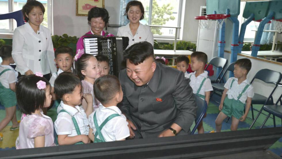 KJEDELIG FYR?: I et møte med fem år gamle foreldreløse Ri, skal Nord-Koreas diktator Kim Jong-un ha antydet at han er en kjedelig fyr. Det står i diktaturets største avis, noe som nesten er ubegripelig for ekspertene. Bildet er fra et barnehjemsbesøk i den samme perioden. Om lille Ri er på bildet fremgår ikke. Foto: REUTERS/KCNA/NTB SCANPIX
