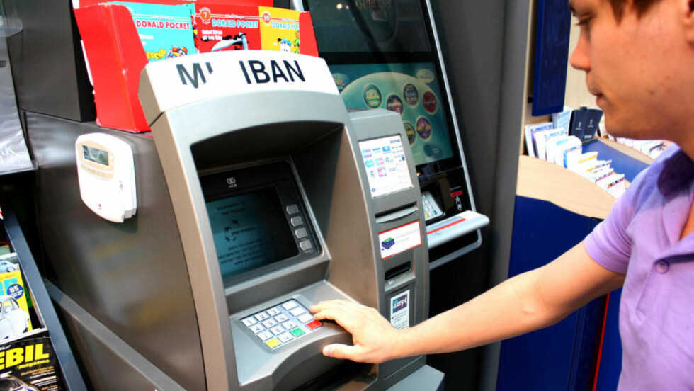 GAMMELDAGS: Når tok du sist ut kontanter i minibank? Det blir stadig sjeldnere for stadig flere, og bankene legger dem derfor ned.  Foto: KRISTINA PICARD