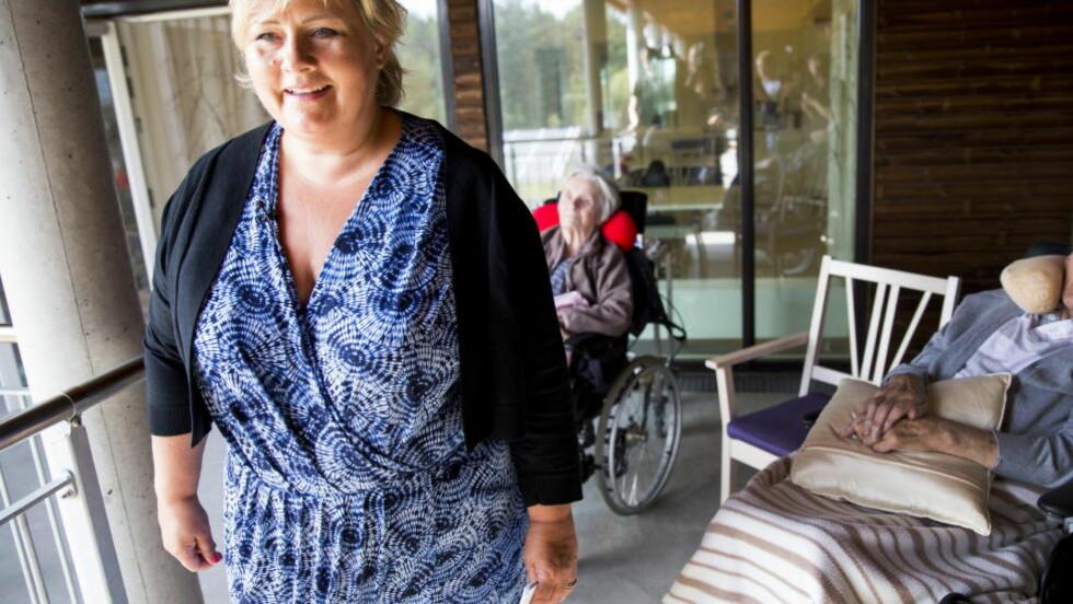 GRATISARBEID:  Har vi råd til en bedre eldreomsorg? Spørsmålet er om vi har råd til å la vær. Her besøker Erna Solberg Vea Sykehjem i Karmøy kommune i valgkampen. Foto: Erlend Aas / NTB scanpix