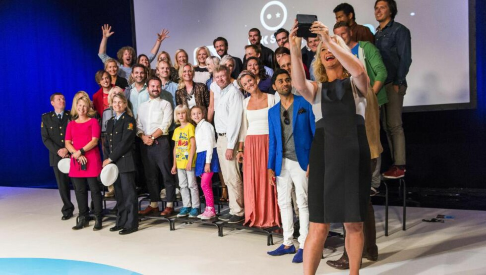 A SELFIE MOMENT : NRK lanserte i går sitt høstprogram og det i full bredde med fire rader program ledere og deltakere. Foto: Endre Vellene