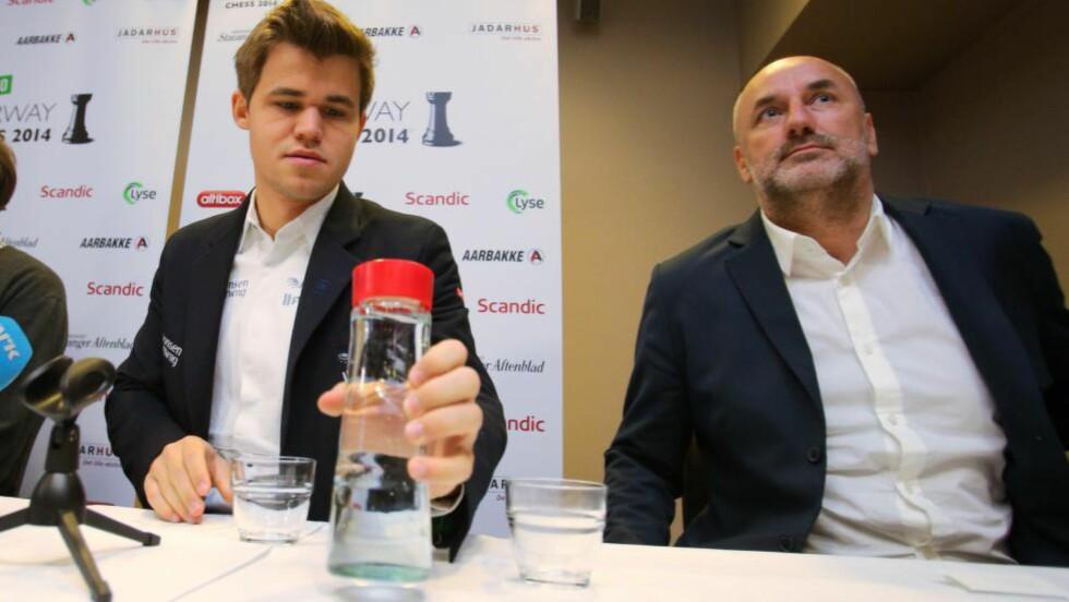 AVVIST:  Magnus Carlsen (t.v) og hans team har søkt om å få flyttet den planlagte VM-kampen mot Vishy Anand. Denne har blitt avvist av FIDE. Til høyre: Espen Agdestein. Foto: Audun Braastad / NTB scanpix