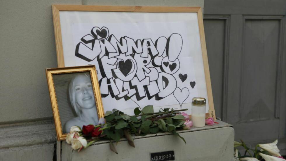 DREPT: Etter drapet ble det lagt ned bilder og blomster ved åstedet i Fredensborgveien der svenske Jonna Rask. Foto: Marianne Løvland / NTB scanpix
