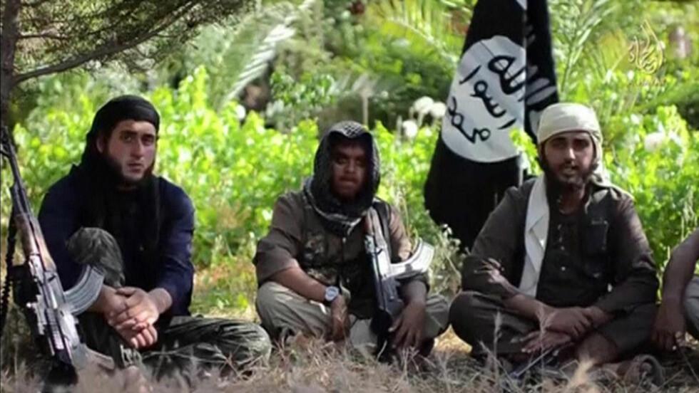 KOM TIL OSS:  De to britiske IS-medlemmene Reyaad Khan (midten) og Nasser Muthana (t.h) kommer fra Cardiff og dukket opp i en av de mange videoene som Den islamske stat (IS) har publisert på video. 20-åringene oppfordrer andre briter om å komme til den «islamske staten» for å leve det ideelle livet og kjempe for en islamsk stat. Foito: Reuters/Scanpix
