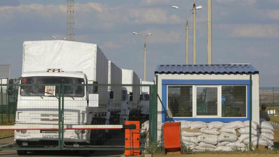 PÅ VEI INN: Lastebilene er på vei over grensa. Foto: EPA / STRINGER / NTB scanpix