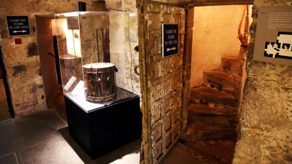 TROMME: I våre dager står heldigvis den nyrestaurerte bytromma fra 1700-tallet i glassmonter i fengselet. Klenodiet ble brukt til å eskortere fanger som skulle henrettes. Foto: EIVIND PEDERSEN