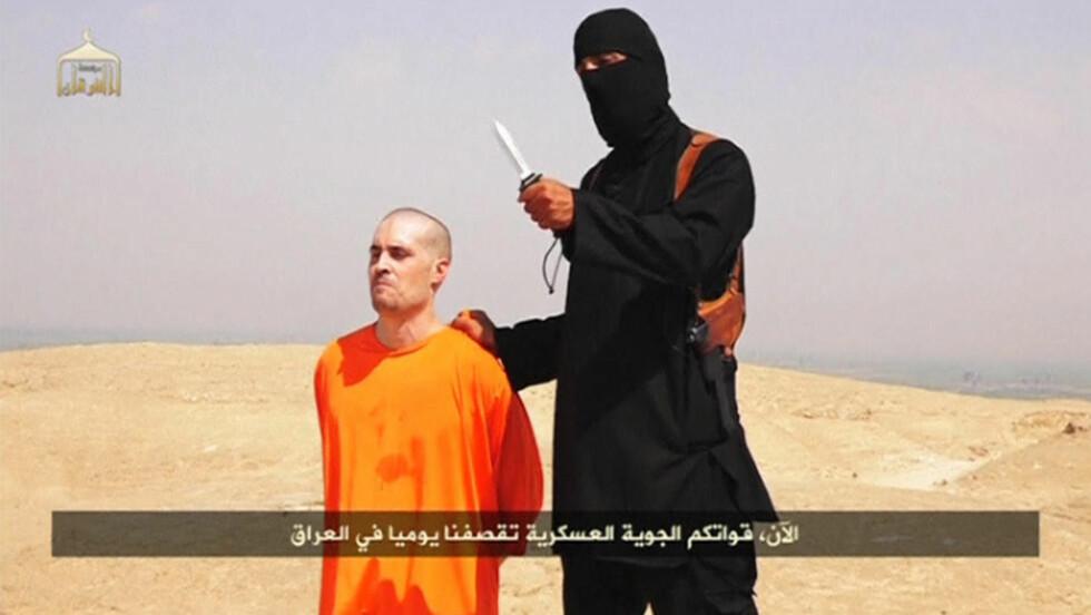 VEKKER HARME: Den amerikanske journalisten James Foley ble brutalt drept av de militante islamistene IS tidligere denne uka. Bildet er fra videoen av drapet, som IS slapp på YouTube. Foto: REUTERS/NTB Scanpix