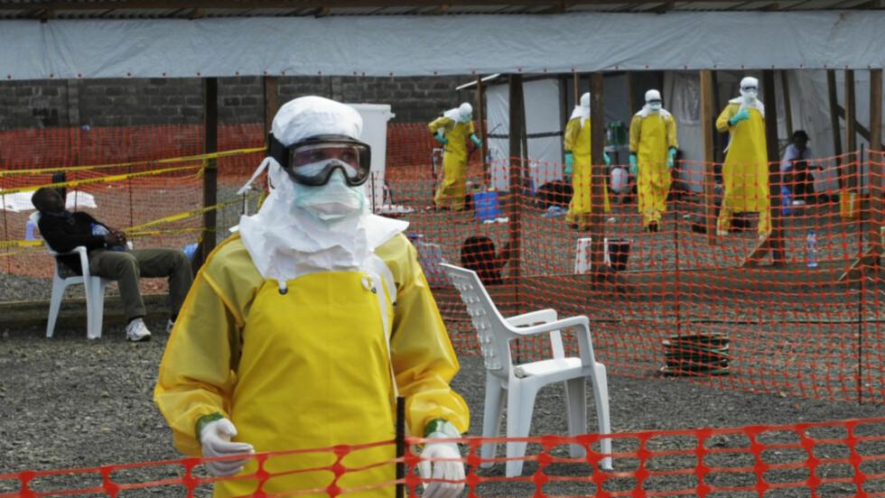 TØFF KAMP:  En britisk mann som bor i Sierra Leone, har testet positivt for det dødelige ebola-viruset, melder det britiske helsedepartementet. Dette bildet er tatt fra en isolasjons-camp i Monrovia i Liberia, hvor smitten har herjet som verst siden den blusset fram i begynnelsen av februar. Arkivfoto: Reuters / NTB Scanpix.
