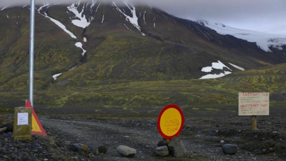 VEIEN STENGT PÅ GRUNN AV FARE FOR VULKANUTBRUDD:  De kraftigste jordskjelvene siden 1996 er i helgen målt under under det vulkanske fjellet Bardarbunga, som ligger om lag 20 kilometer nordvest for Islands største isbre Vatnajökull. Foto: Sigtryggur Johannsson, Reuters/NTB Scanpix.