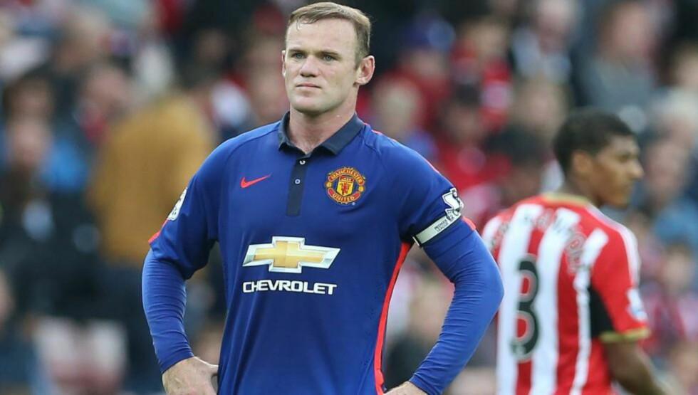 DEPPET:  Wayne Rooney under dagens kamp mot Sunderland. Manchester United tok ledelsen, men fikk bare med seg ett poeng fra kampen. Foto: NTB Scanpix