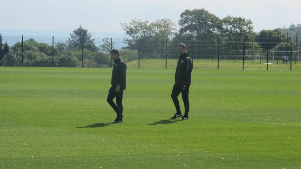 PÅ FELTET: Celtic-manager Ronny Deila (t.h.) ledet lagets siste trening før Champions League-kvaliken mot Maribor i morgen kveld. Foto: Fredrik Ø. Sandberg