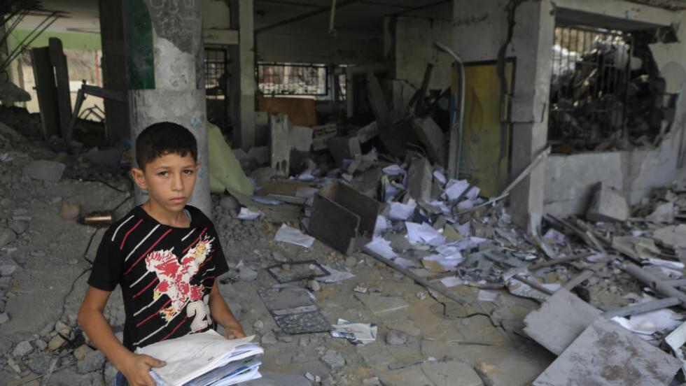 VIL TILBAKE PÅ SKOLEN:  13-årige «Rayan» er blitt en stille gutt som helst vil være for seg sjøl. I sommer ble huset han bodde i bombet og ødelagt. Nå håper 13-åringen og Gaza-innbyggerne at de over 200 skolene som ble helt eller delvis ødelagt i sommer snart skal bygges opp igjen, sånn at noe som kan ligne på en normal-hverdag kan starte. Men kampene mellom Israel og palestinerne fortsetter. Hamas væpnede ving sender raketter inn i Israel, og Israel bomber tilbake. Alle foto: Anas Baba/Redd Barna