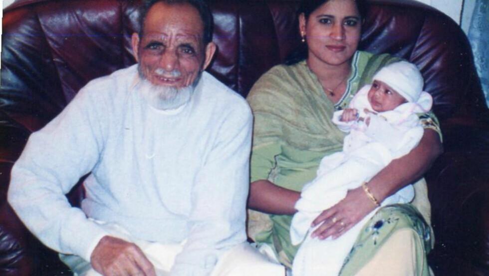 NYFØDT: Her er Muhammad Fateh (76) med sitt barnebarn Madiha da hun nettopp hadde kommet hjem fra fødeavdelingen på Bærum sykehus, og tante Zahida Bibi. Foto: Privat