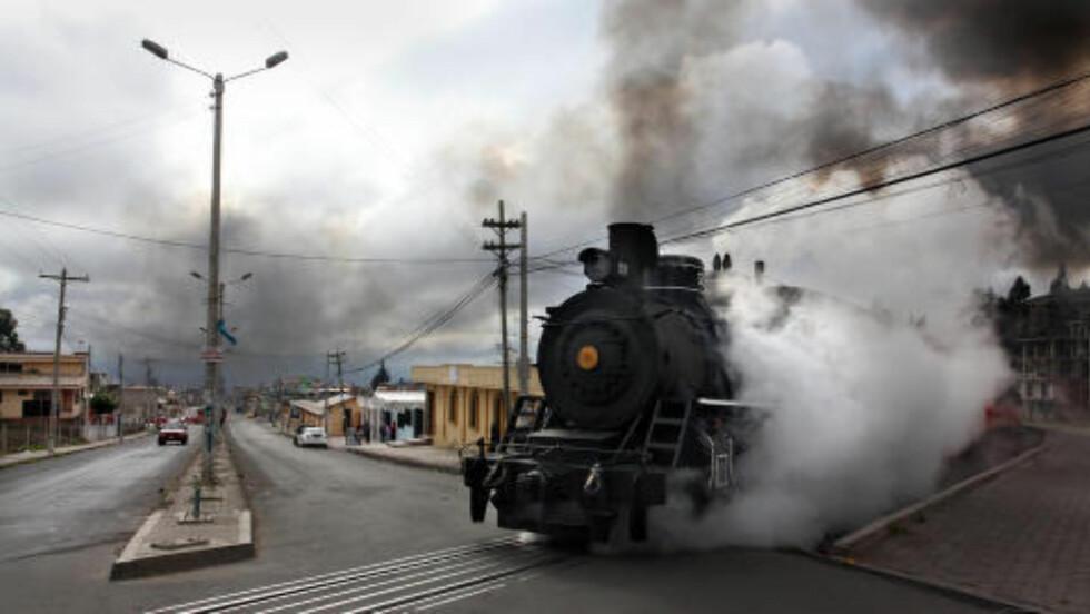 <strong>AVGANG FRA RIOBAMBA:</strong> Toget kommer til hovedgata, og passerer en overgang uten bom. Foto: GEORGE MÉRILLON