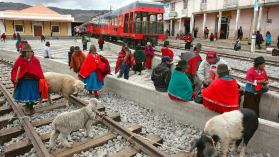 <strong>INDIANERE:</strong> I Guamote samler lokale indianere seg ved jernbanesporet etter markedsdagen før de legger veien hjem med sine innkjøpte dyr. Foto: GEORGE MÉRILLON