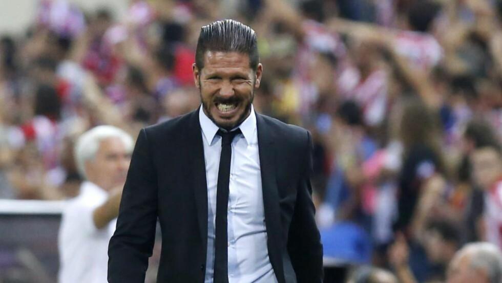 PÅ TRIBUNEN: Diego Simeone ble sendt på tribunen under oppgjøret mellom Atletico Madrid og Real Madrid. Nå har han fått en straff på åtte kamper. - Strengt, men det er slik reglene er. Det er de det er noe feil med, sier Petter Veland. Foto: EPA/KIKO HUESCA